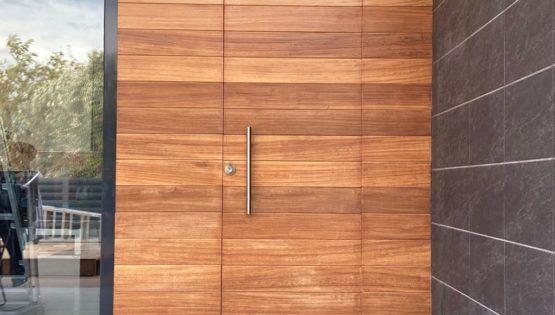 Puerta madera de Iroko en Burriana